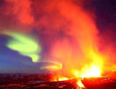 Foto dell'eruzione del vulcano islandese Eyjafjallajokull con sullo sfondo l'Aurora Boreale :) (autore: James Appleton, copyright: kikapress.com)