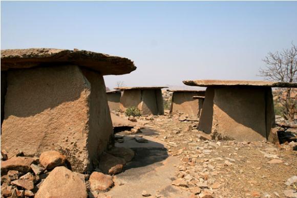Foto di alcuni dei dolmen indiani, si notino le stradine tra l'uno e l'altro