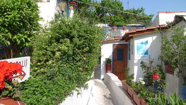 Anafiotika, il quartiere cicladico di Atene, sulla sinistra si noti la scritta Partenone in un cartello