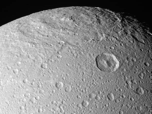Superficie di Dione è ricoperta di Ghiaccio, come si vede l'atmosfera non è granché  densa