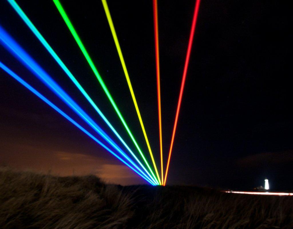 Global Rainbow: E l'Arcobaleno Laser Illumina la Baia di Whitley (foto)
