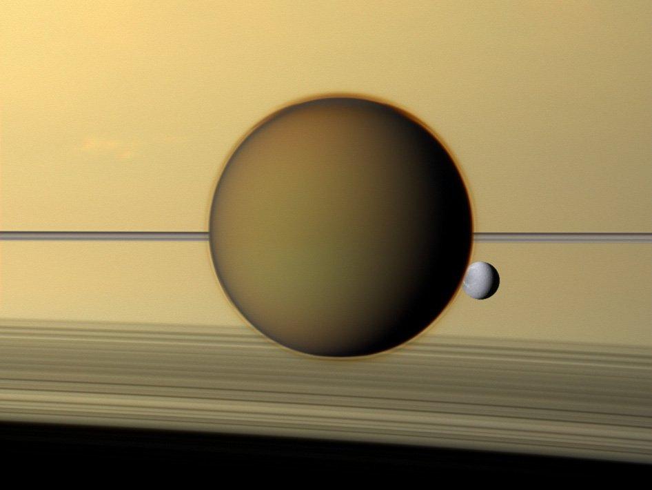Titano, Dione e sullo sfondo gli anelli di Saturno