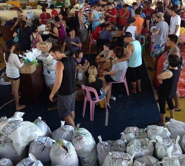 Coron-turisti-aiutano-preparazione-aiuti
