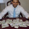 noaf-moraf-trova-soldi-in-scrivania-e-li-rende