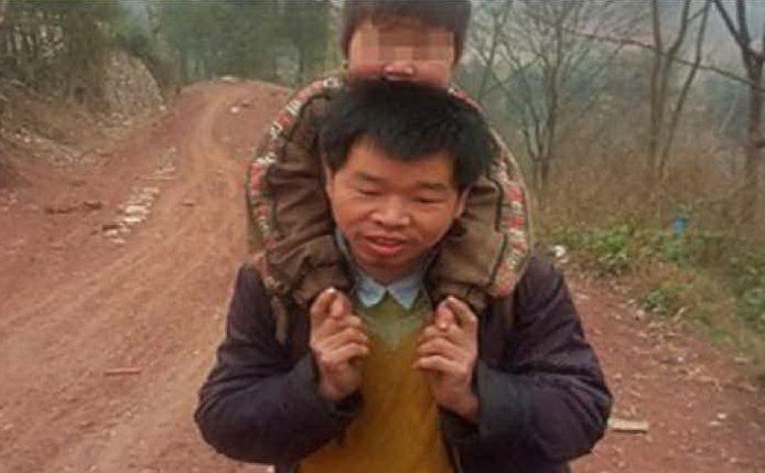 padre-cinese-porta-figlio-disabile-a-scuola