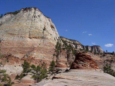 Nella foto il Parco Nazionale di Zion, nello Utah, nei cui strati  di arenaria del periodo Giurassico sono stati ritrovati (anche lì) grani  di Zirconi degli Appalachi nord.