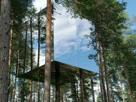 Questo è il MirrorCube, il cubo di specchi una delle stanze del Treehotel, l'Hotel sull'albero