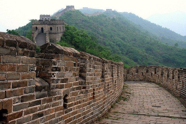 Grande muraglia cinese in un tratto di foresta