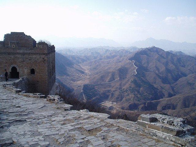 Grande muraglia cinese in un tratto d'alta montagna