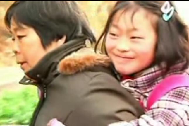 Nonna Cinese porta nipotina a scuola sulle spalle ogni giorno, già fatti 10 mila km