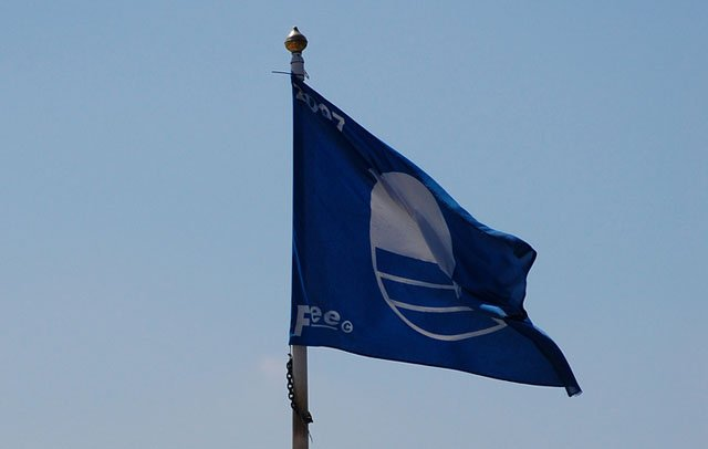 La bandiera blu, che sventola sulle migliori spiagge italiane ed europee